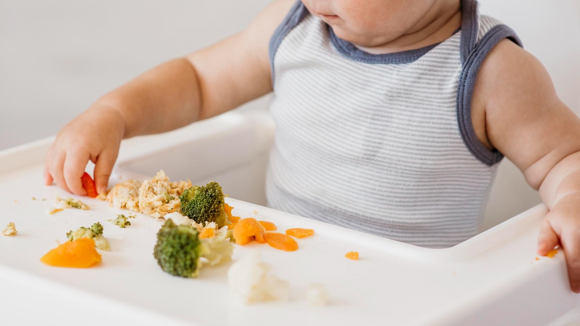 Cum sa-ti inveti bebelusul sa mananca singur la 10-12 luni